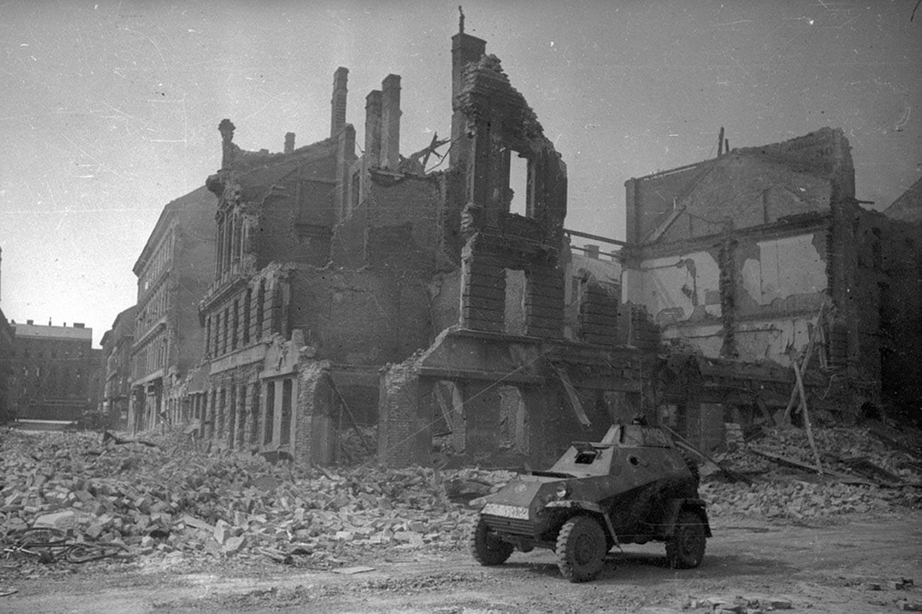 Un véhicule blindé soviétique dans les rues détruites de Vienne
