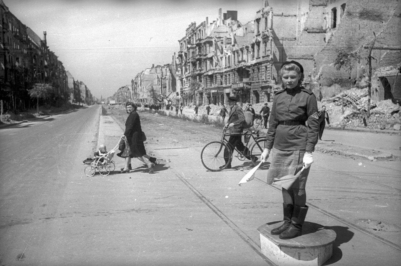 Un contrôleur de la circulation soviétique à Vienne