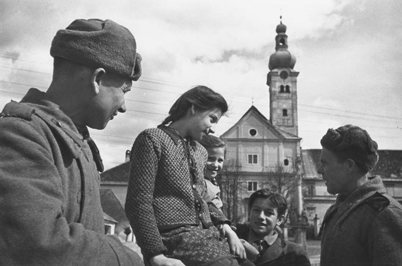 Des soldats soviétiques parlant avec les habitants de la ville
