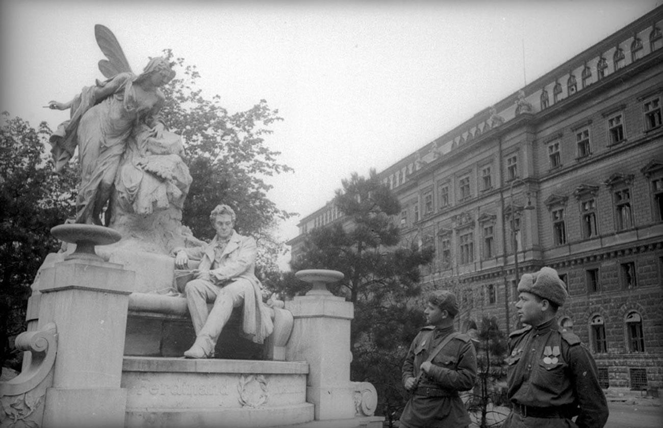 Des soldats soviétiques marchant dans les rues de Vienne