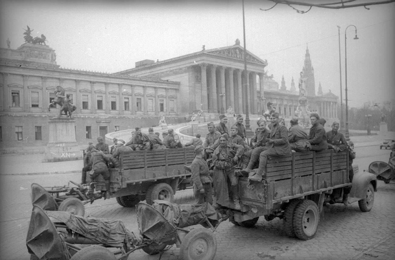Des soldats soviétiques se rassemblent à côté du bâtiment du Parlement autrichien.