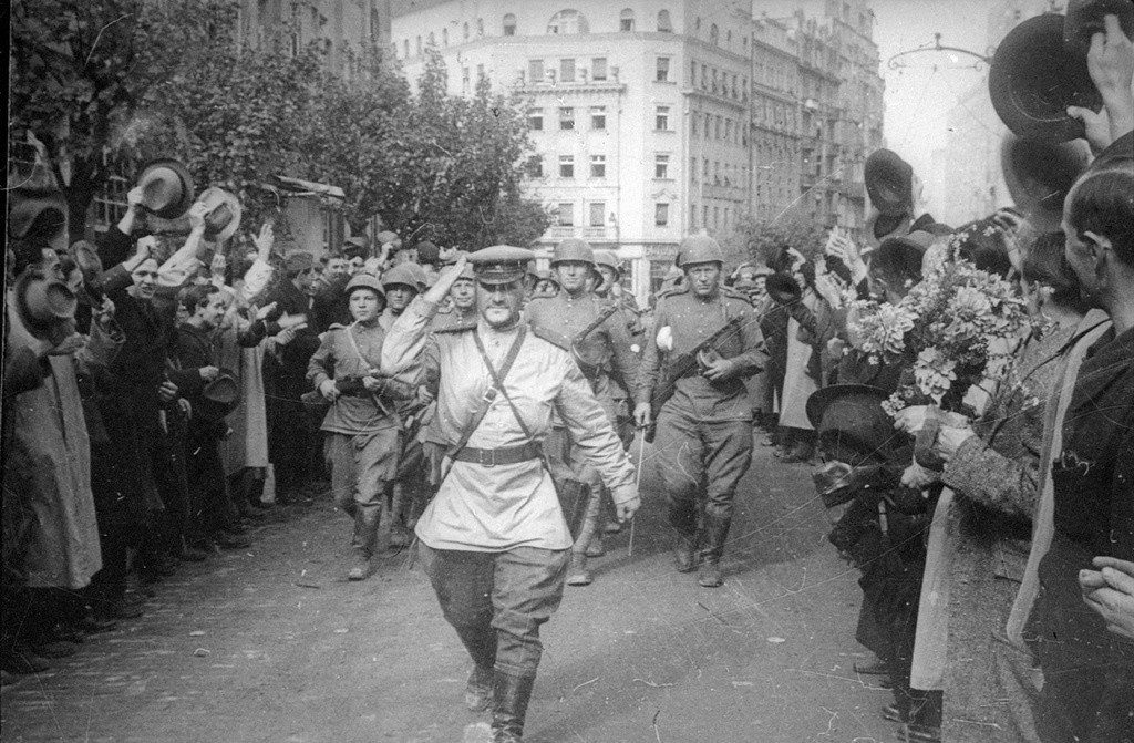 Le capitaine Dmitri Koudachov salue les habitants de Belgrade.