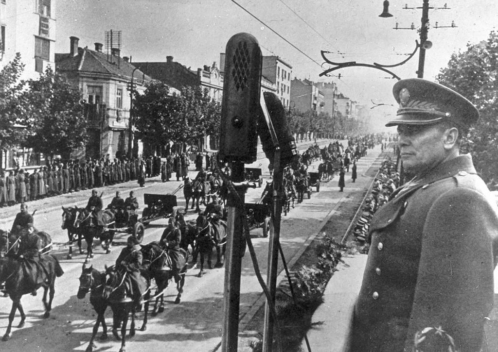 Tito regarde ses soldats entrant dans la ville.