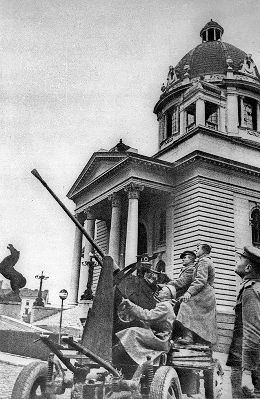 Des artilleurs soviétiques défendent le bâtiment de l'Assemblée nationale à Belgrade des raids aériens allemands.