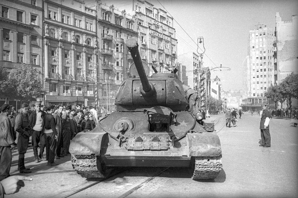 Chars soviétiques dans les rues de Belgrade