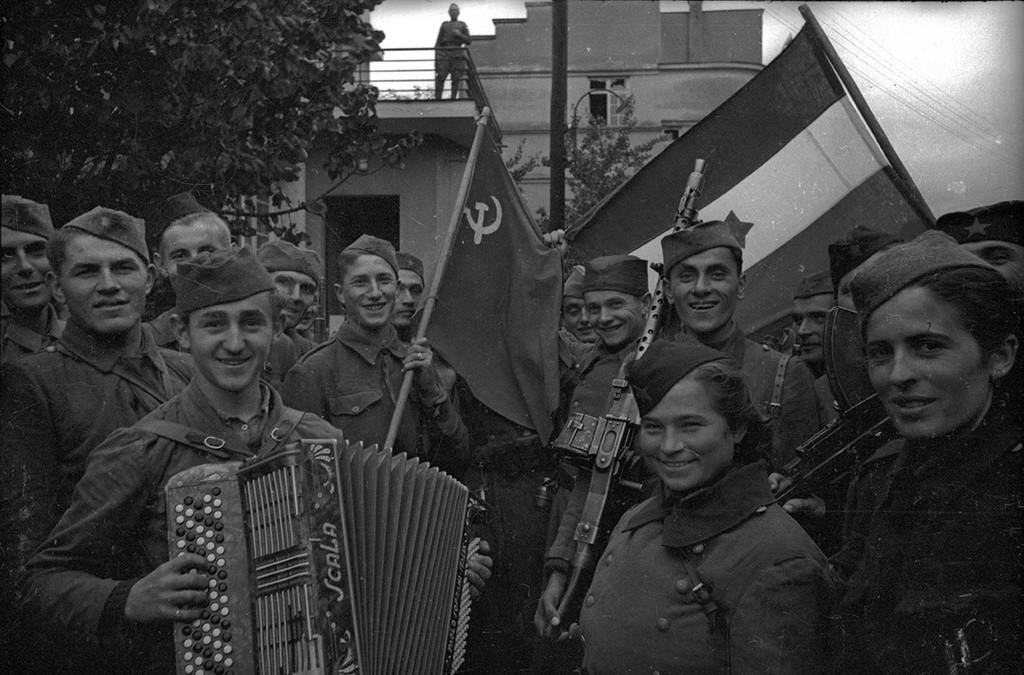 Des combattants soviétiques et yougoslaves célèbrent la libération des nazis.