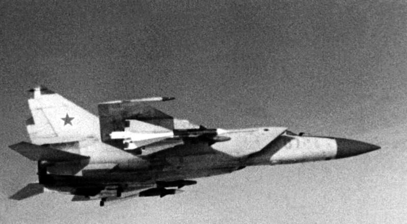 Vista lateral derecha de un avión interceptor soviético MiG-25 Foxbat armado con cuatro misiles aire-aire AA-6 Acrid.