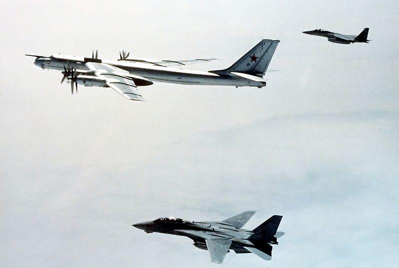F-14 y F-15 escoltan a un Tu-95 soviético. 1987.