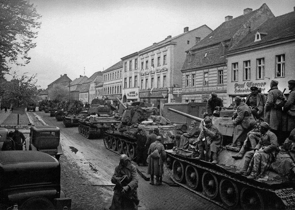 Des chars soviétiques entrent dans Berlin.