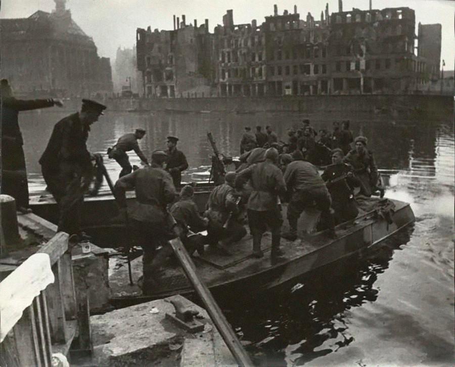 L'infanterie de l'Armée rouge traversant la rivière Sprée