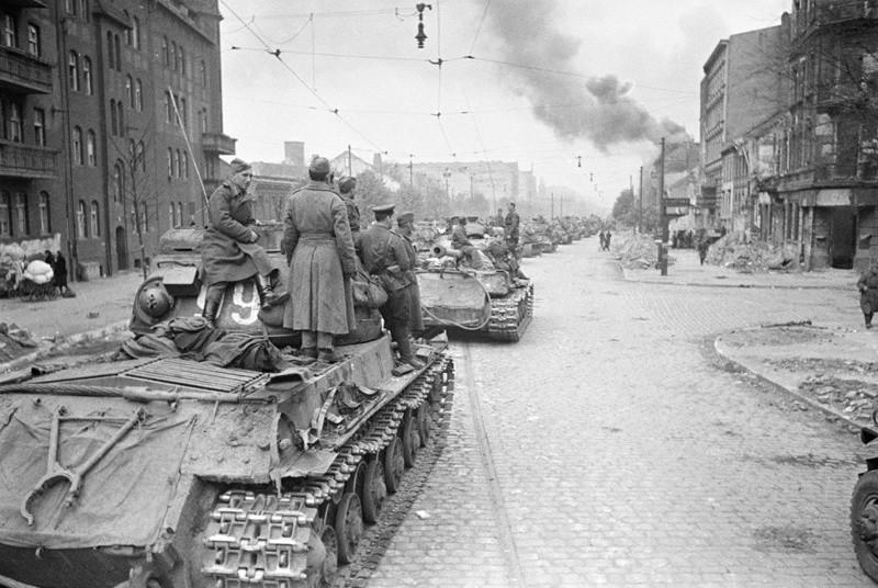 Des chars soviétiques entrant dans Berlin