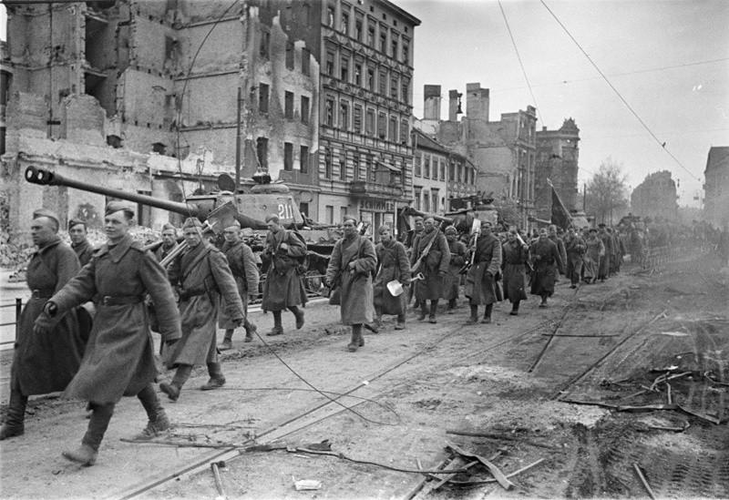 Des soldats prêts pour la bataille de Berlin