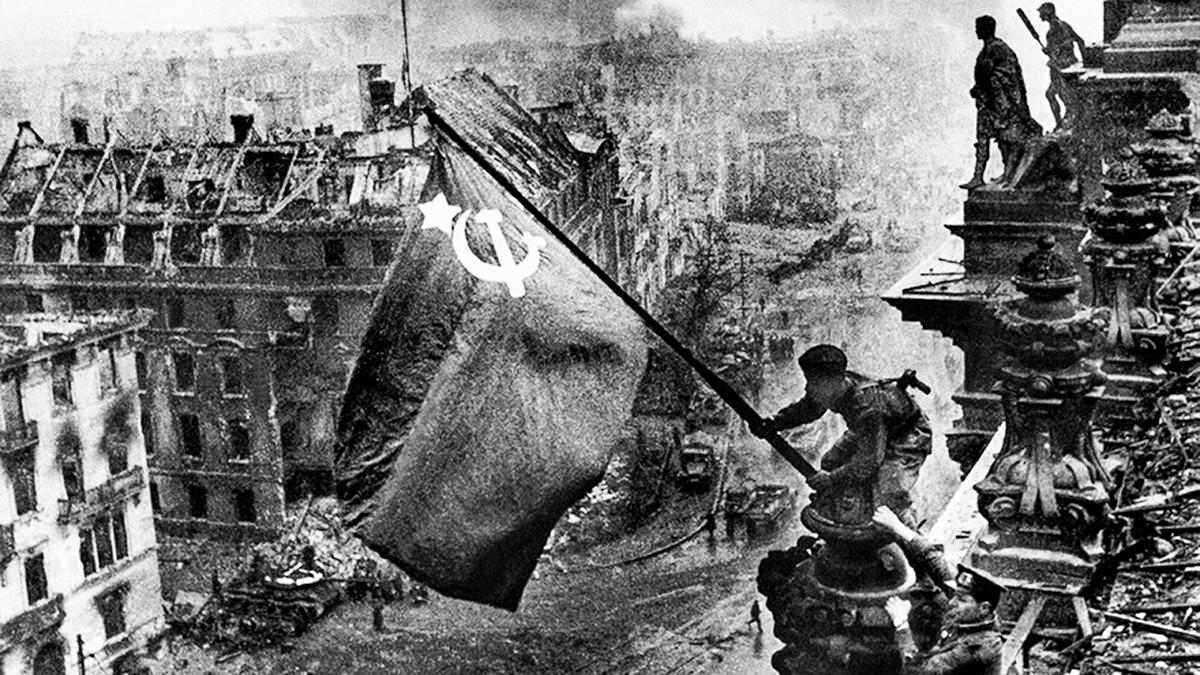 Drapeau soviétique au sommet du Reichstag