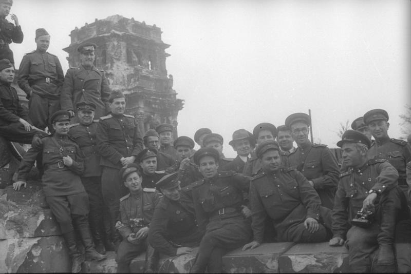 Correspondants de guerre soviétiques posant sur les ruines de Berlin