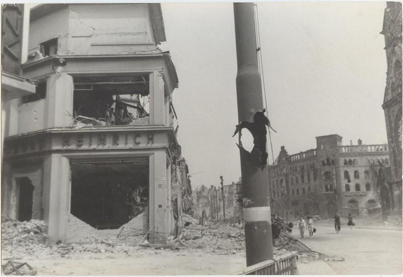 Fenêtres cassées, bâtiments endommagés