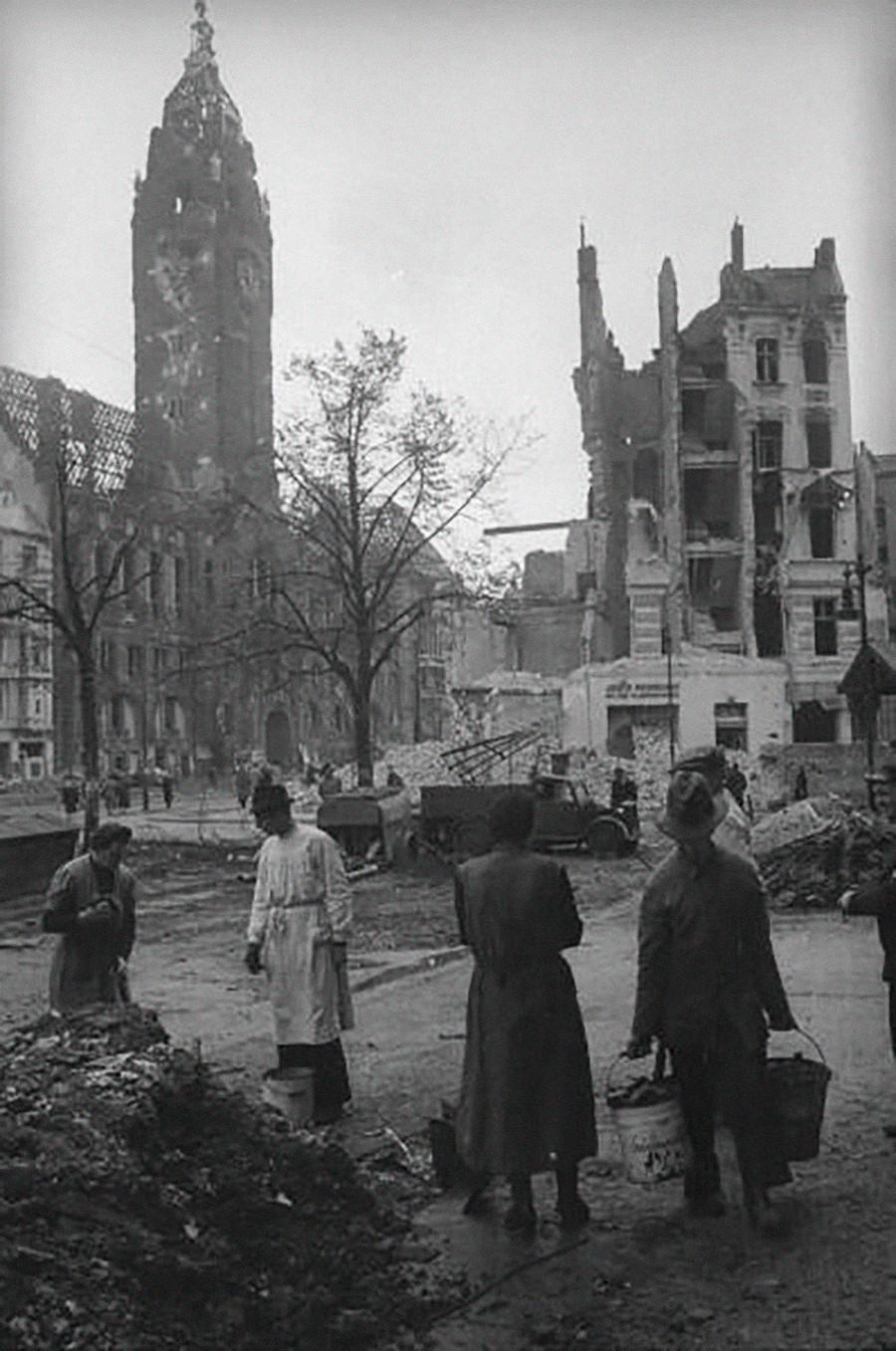 Les Berlinois se débarrassent des décombres après les bombardements aériens.