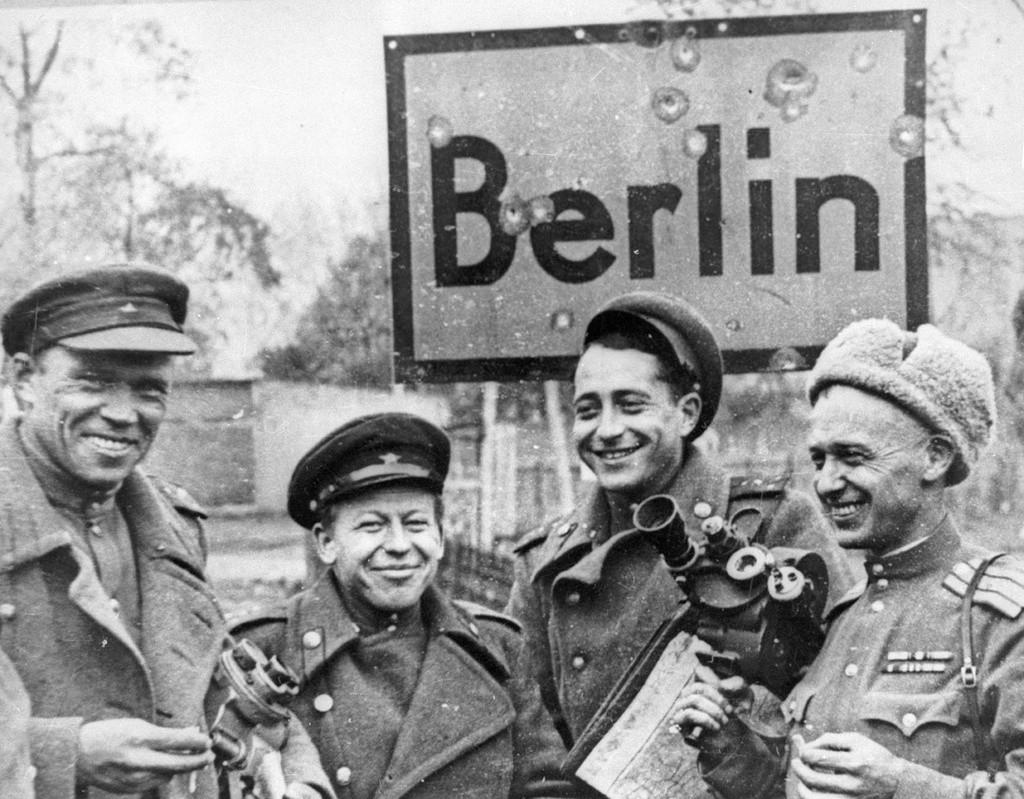 Des cameramen soviétiques en train de savourer la victoire