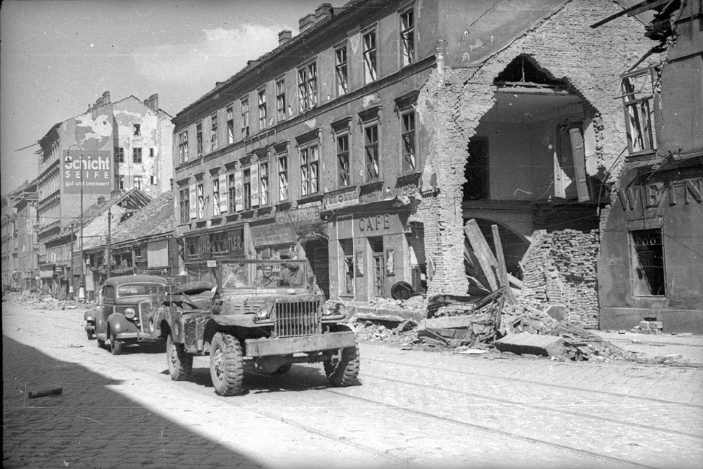 Véhicules militaires soviétiques dans les rues de Berlin