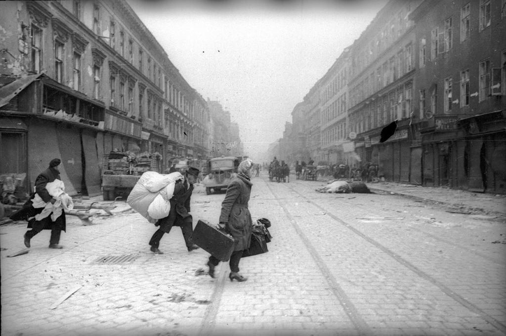 Des réfugiés rentrant dans la ville