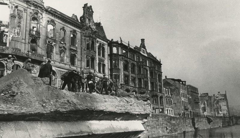 Les Berlinois nettoient les rives de la Sprée.