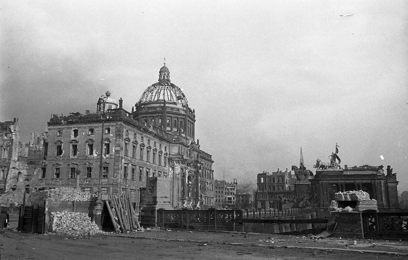 Une vue sur le Reichstag endommagé