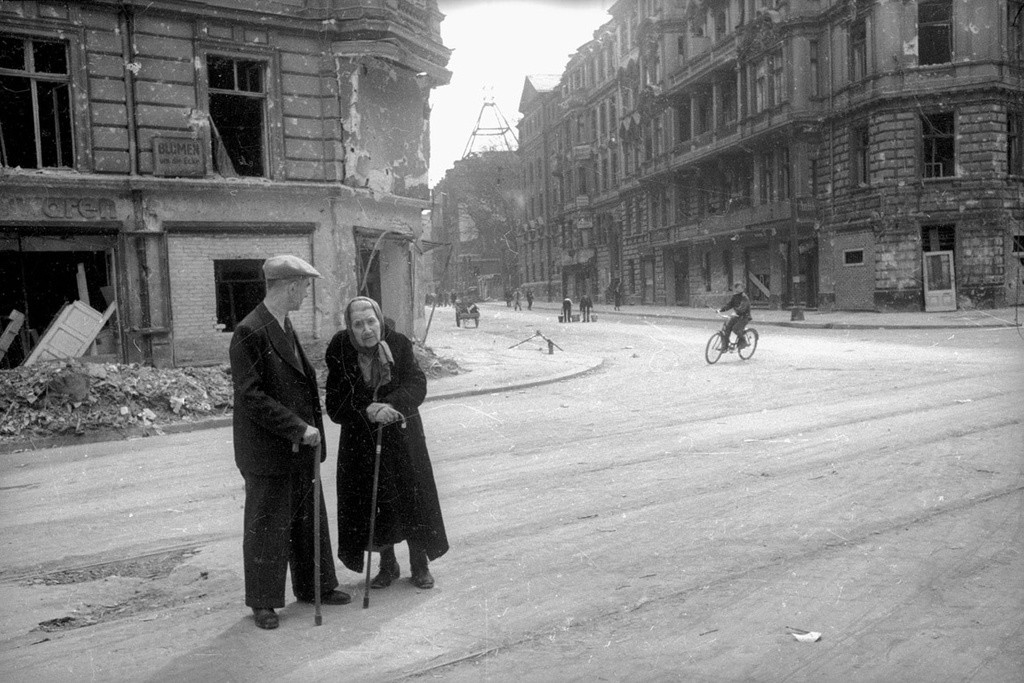 Des habitants discutant dans une rue de Berlin