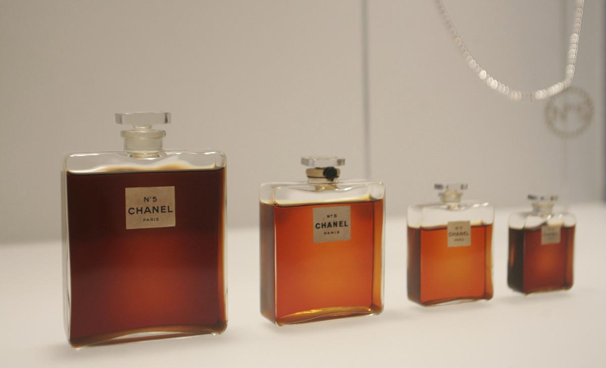 Bottiglie di profumo Chanel N° 5 esposte al Metropolitan Museum of Art's Costume Institute di New York