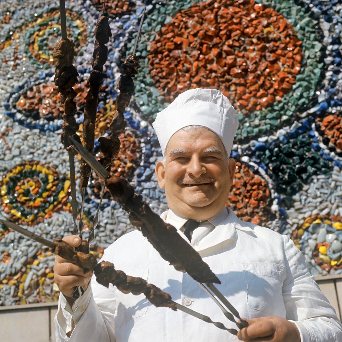 Главен готвач, който държи шишчета шашлик в Грузинска ССР, 1971