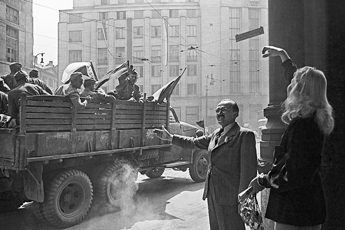 Menschen, die im befreiten Prag jubeln.