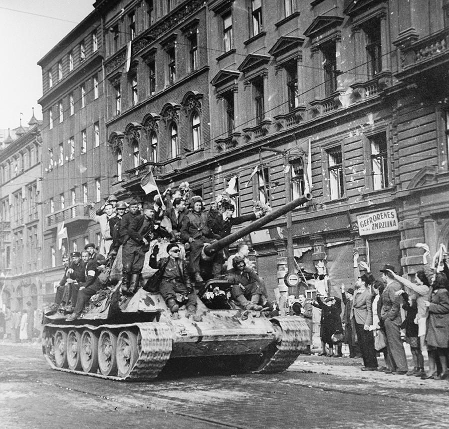 Einheimische begrüßen sowjetische Panzer.