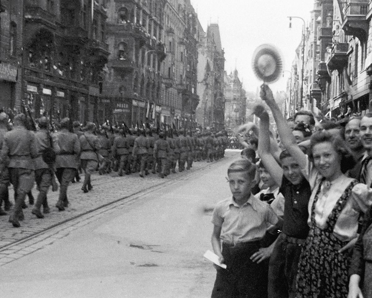 Prager Bewohner begrüßen sowjetische Truppen.