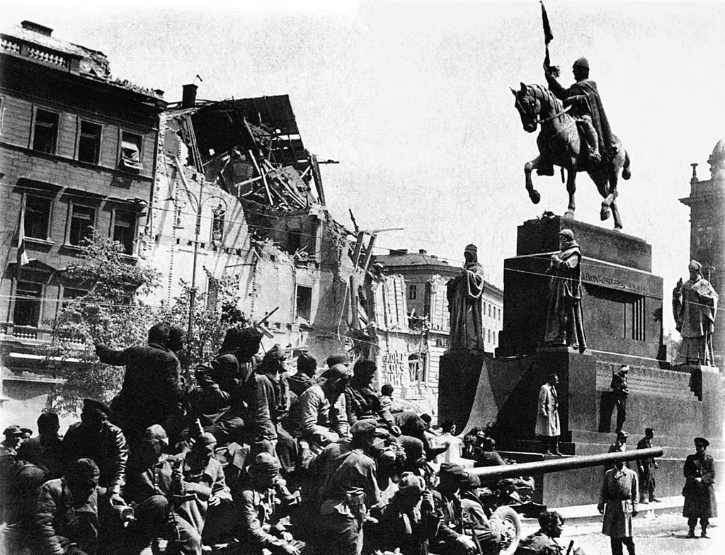 Ein sowjetischer Panzer mit sowjetischen Soldaten, die den Wenzelsplatz in Prag passieren.
