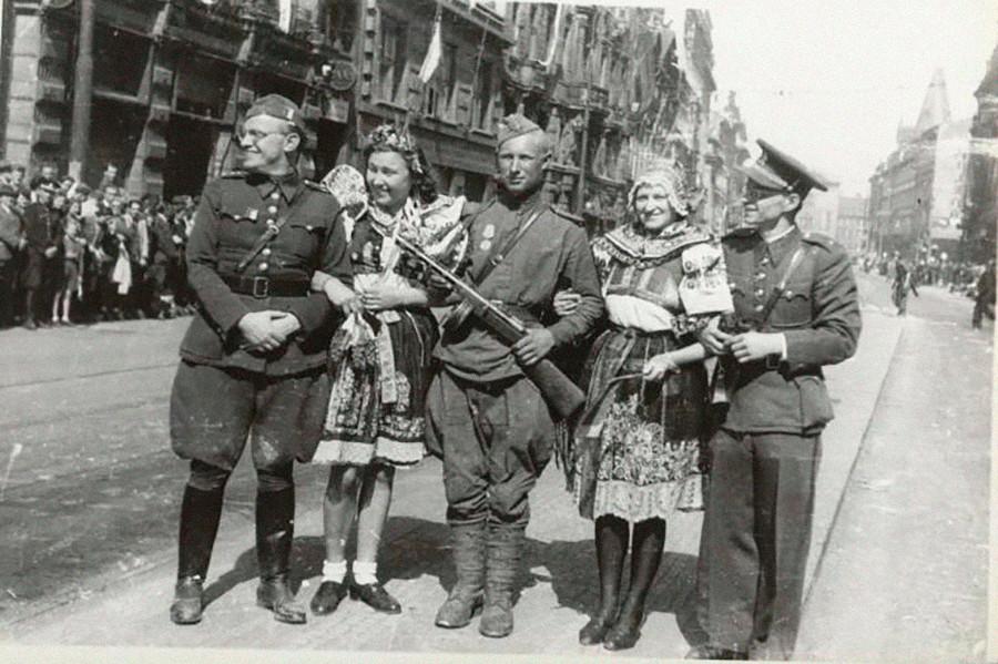 Lokale Frauen und sowjetische Soldaten posieren.