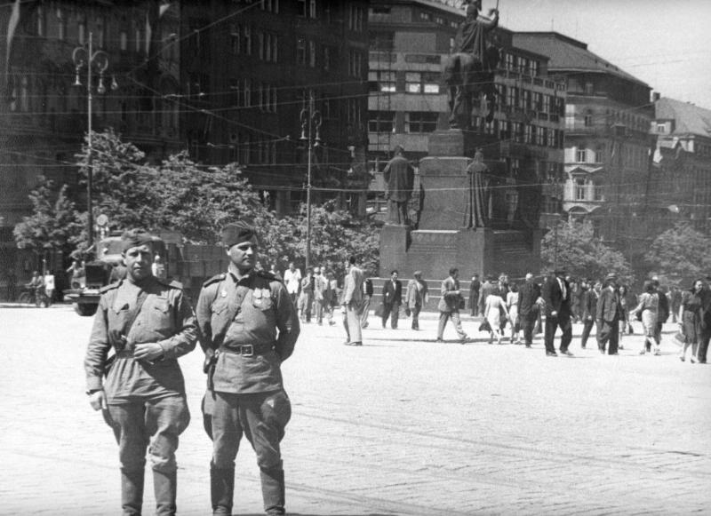 Sowjetische Soldaten stehen auf dem Wenzelsplatz.