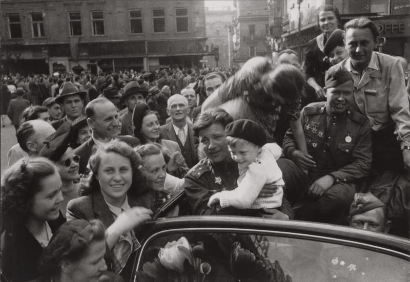 Prager Bürger und sowjetische Soldaten feiern den Sieg.