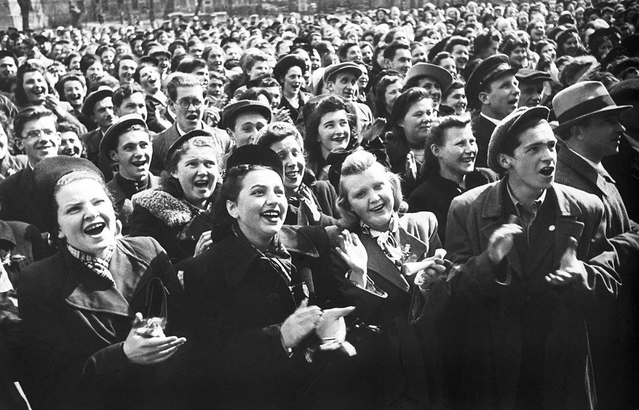 Des étudiants soviétiques lors d'un rassemblement en l'honneur de la victoire dans la Grande guerre patriotique. Leningrad, 9 mai 1945