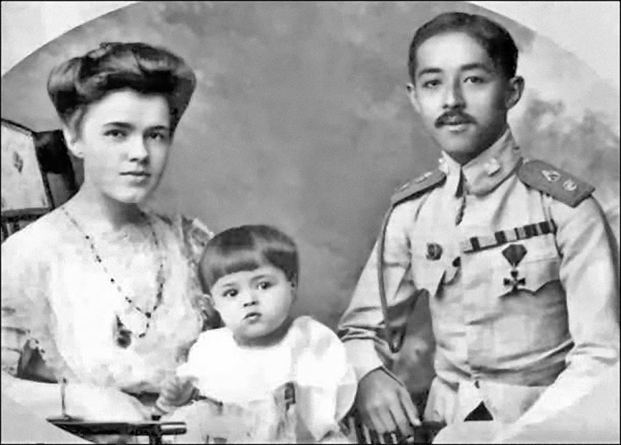 O príncipe Chakrabongse, sua mulher, Ekaterina, E o filho deles, Chula.