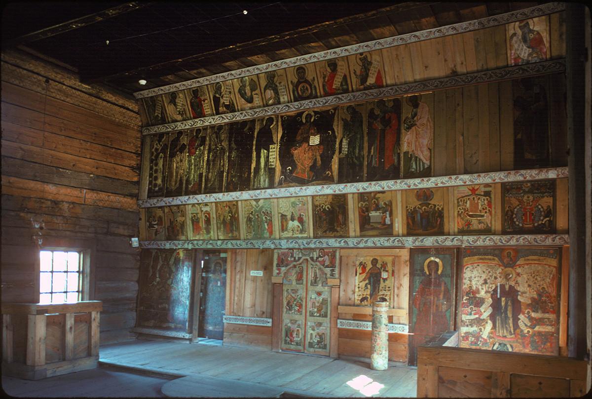 Église de l'Intercession. Intérieur avec iconostase avant restauration
