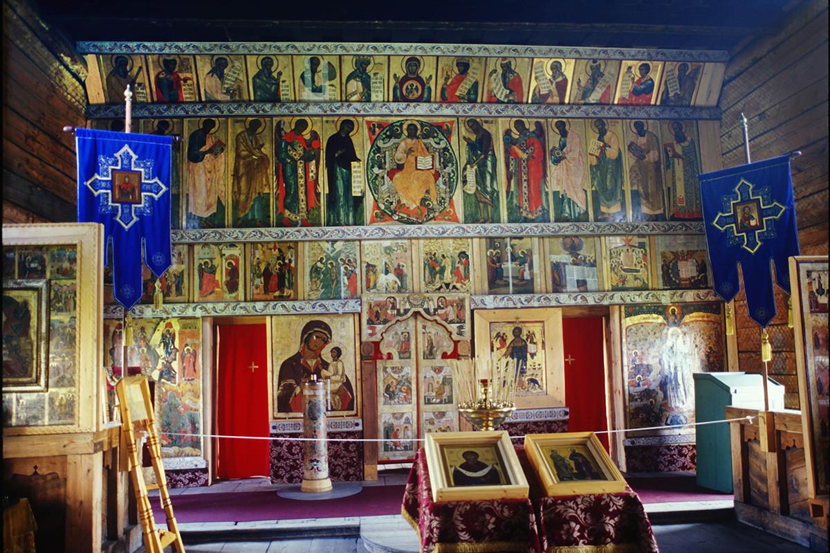 Église de l'Intercession. Intérieur avec iconostase après restauration et reconsécration