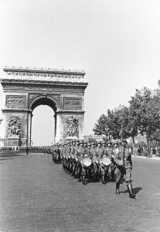 Parade des nazis devant l'Arc de triomphe de l'Étoile en juin 1940