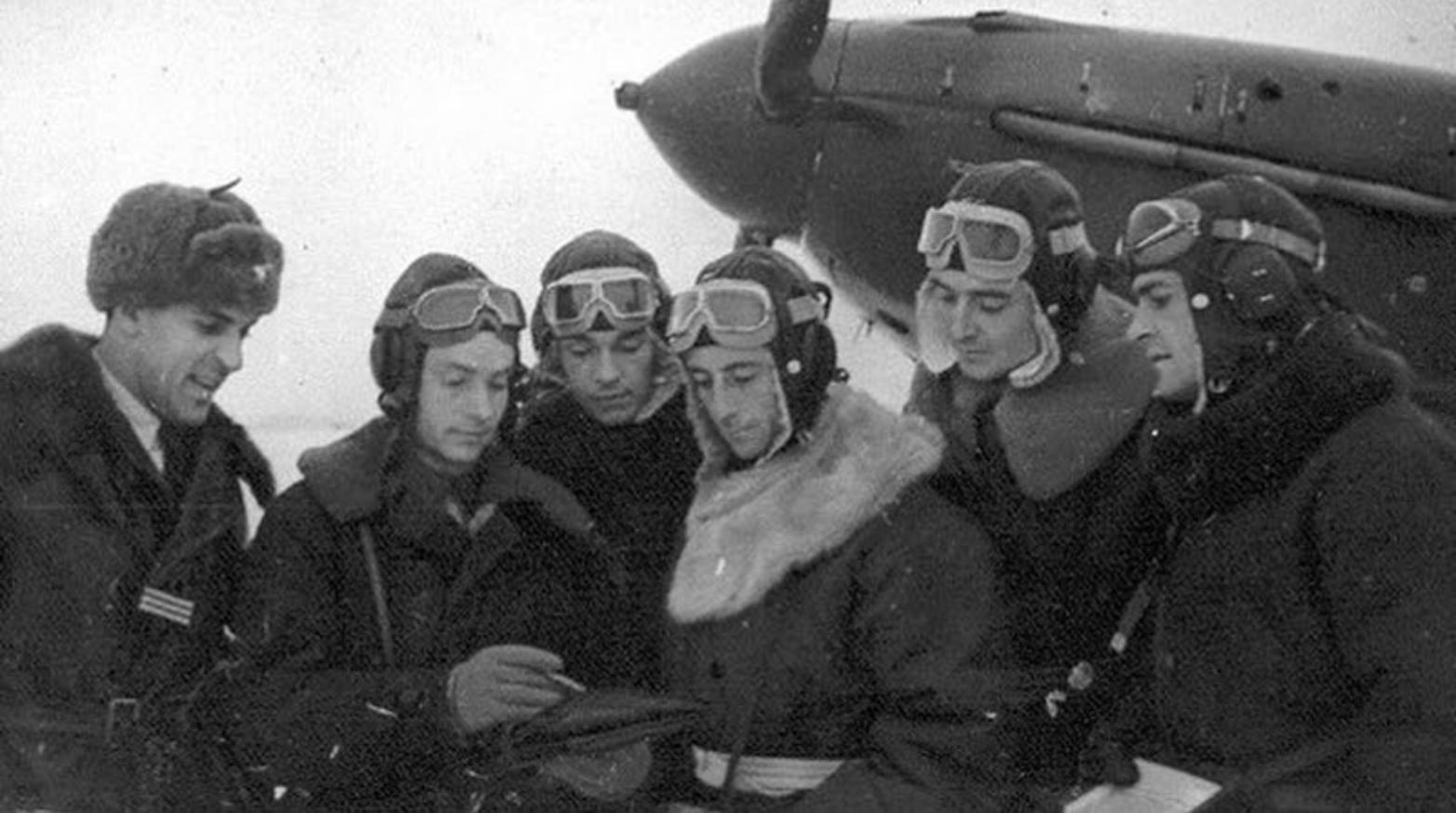 Albert Mirlesse (à gauche) avec les pilotes de Normandie-Niémen