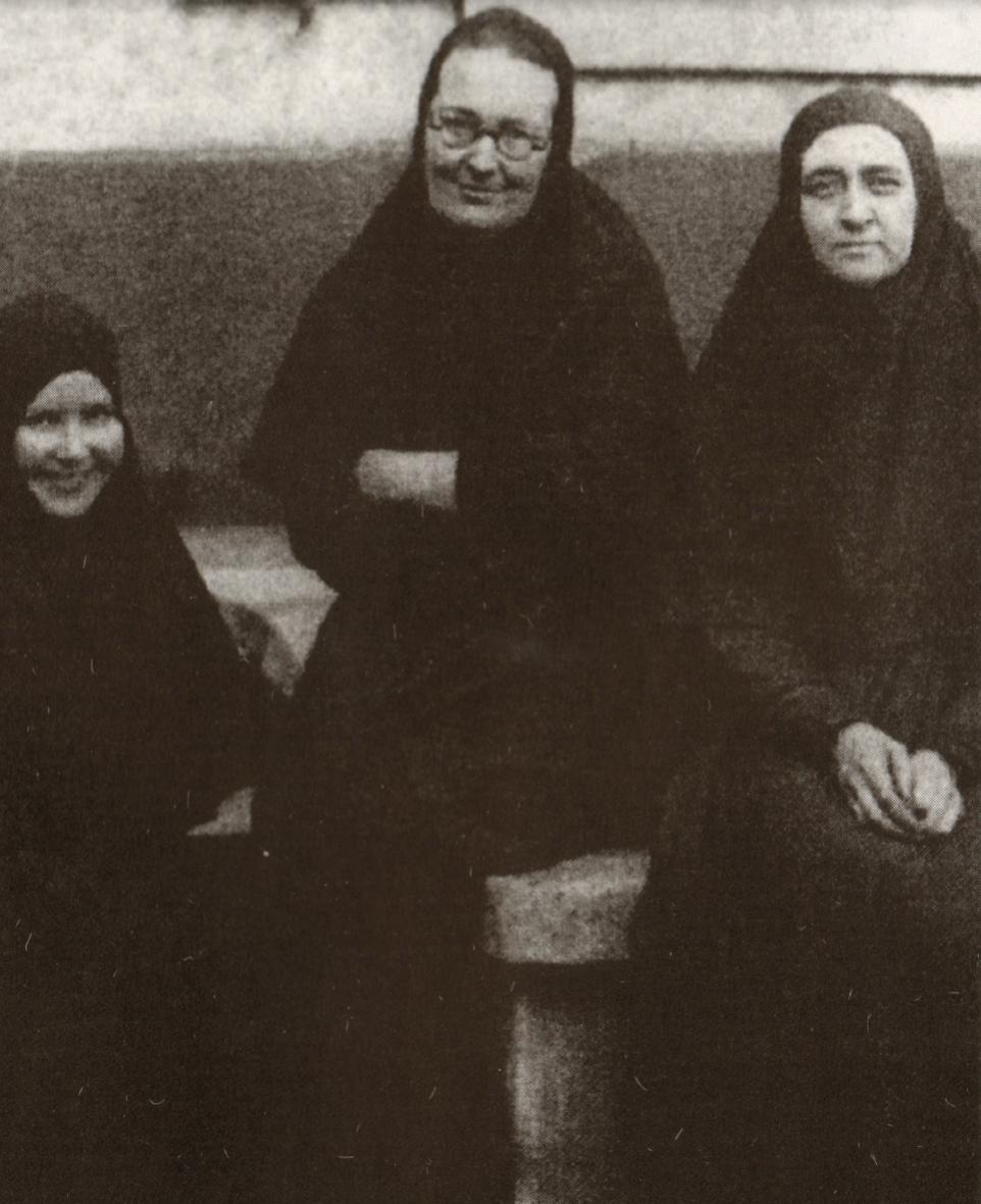 Dans le centre pour enfants de la rue Lourmel. Mère Marie (au centre), mère Evdokia (à droite), mère Lioubov (à gauche)