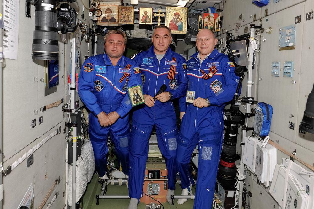 Los cosmonautas posan con motivo del 700 aniversario de San Sergio de Radonezh. Para esta ocasión concreta, se expusieron todos los iconos que había en la ISS en ese momento. En la vida cotidiana, los iconos de la ISS se ven con mucha menos frecuencia