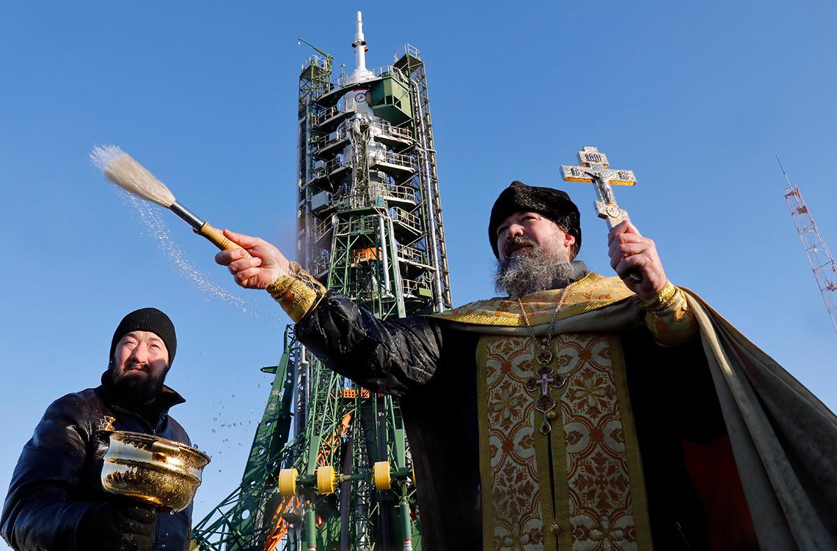 Un sacerdote ortodoxo lleva a cabo un servicio de bendición frente al cohete Soyuz FG en el cosmódromo ruso de Baikonur, Kazajistán.