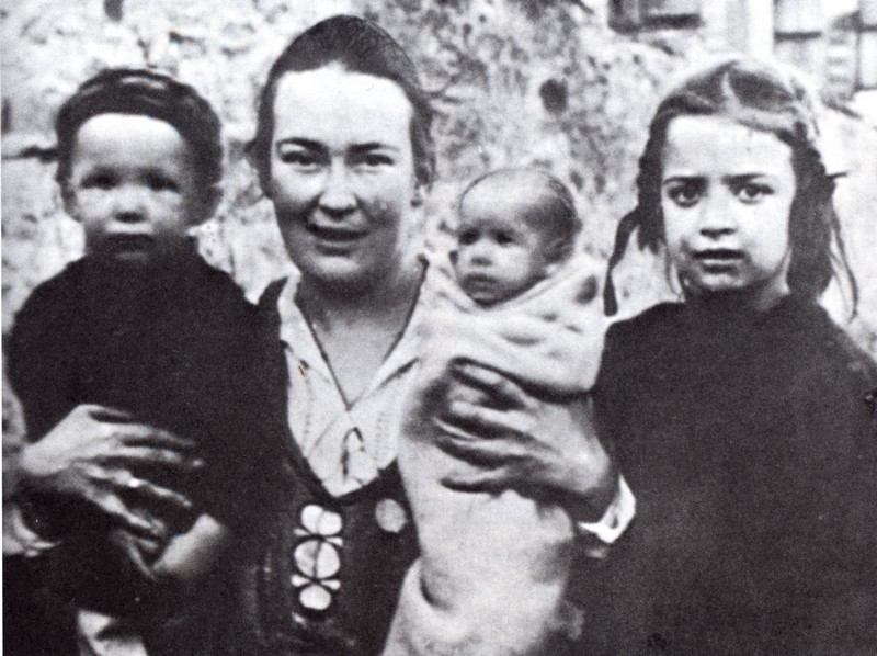 Elizaveta Skobtsova avec ses enfants : Gaïana, Iouri et Nastenka durant les premiers jours à Paris, 1923