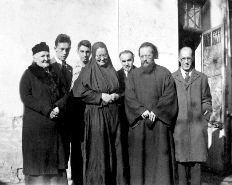 Mère Maria (quatrième à gauche), père Klepinine (deuxième à droite)