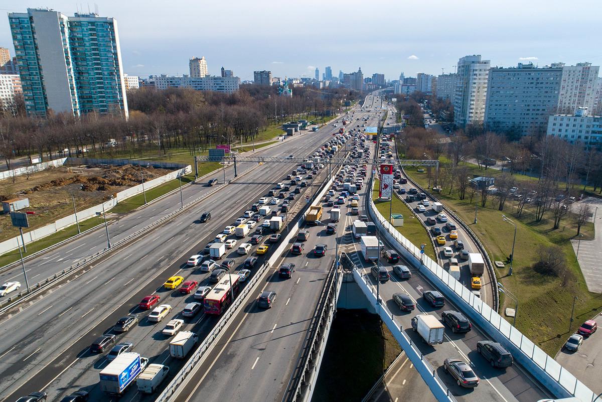 Kemacetan lalu lintas yang terjadi saat polisi memeriksa ID dan izin masuk setiap orang yang mengemudi ke Moskow saat perberlakukan pembatasan semasa swakarantina di pos pemeriksaan di pintu masuk Moskow, Rabu, 15 April 2020.