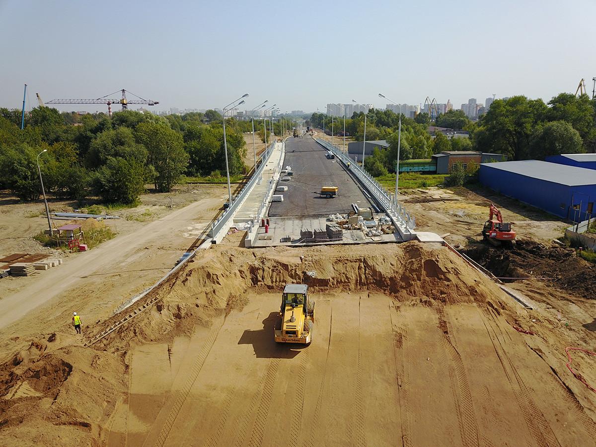 Tahap akhir pembangunan jalan layang antara Jalan Yuzhnoportovaya dan Jalur Yuzhnoportovy ke-2.