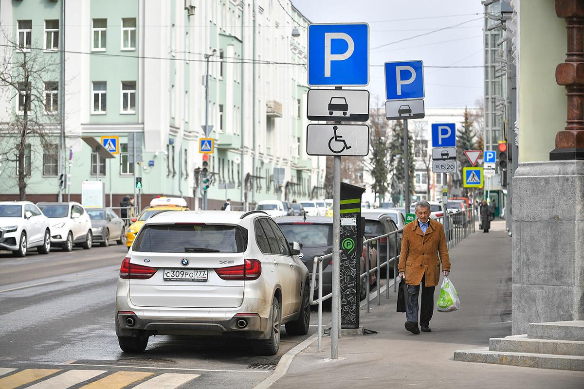 Parkir berbayar di salah satu jalan Moskow.
