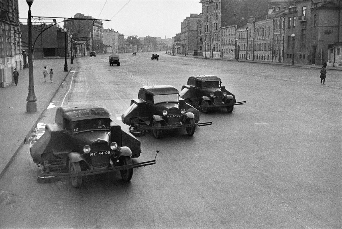 Почистване на улици в Москва. Почистващи машини ПУ-5 на шаси от ГАЗ-MM, 1938 г.